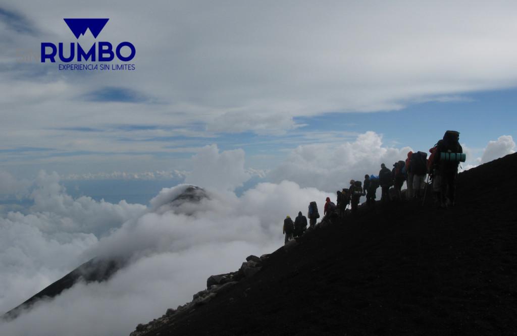 Montañistas camino al volcan de fuego